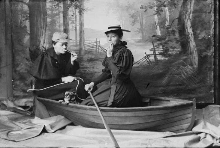 Vandscene. Marie Høeg og Bolette Berg i båten.